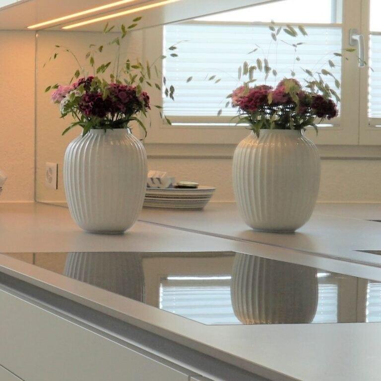 Küche, weiss, Spiegelrückwand, Chromabdeckung